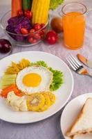 stekt äggfrukost med grönsaker och juice
