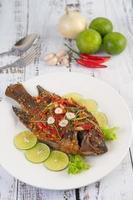 stekt hel tilapia med chilisås