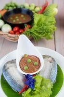 chilipasta i en skål med makrill