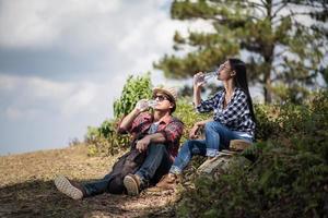 unga vandrare dricker vatten i skogen foto