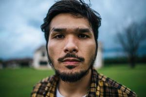 porträtt av en arg man foto