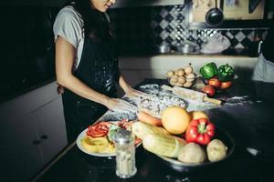 kvinna som lagar hemlagad pizza hemma foto