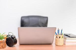 bärbara datorer på skrivbordet foto