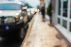 suddig trottoar och bilar