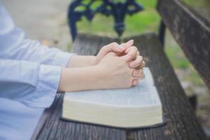 bönhänder med Bibeln foto