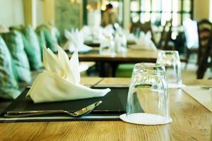 glas och bestick på bordet i restaurangen foto