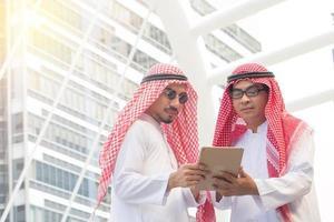 två affärsmän som möts i staden foto