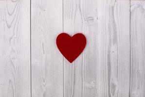 rött hjärta på en grå och vit träbakgrund. Alla hjärtans dag koncept foto