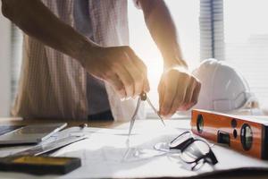 arkitekt eller ingenjör som utarbetar planer foto