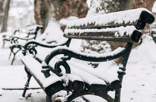 snöig parkbänk foto