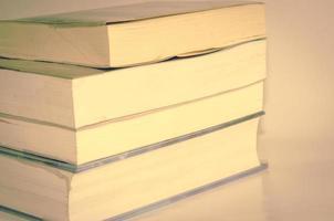 gamla böcker på skrivbordet foto