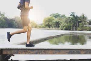 närbild ben av man springer och tränar foto