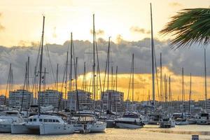 torrevieja, spanien, 2020 - vit och svart båt på bryggan under dagtid