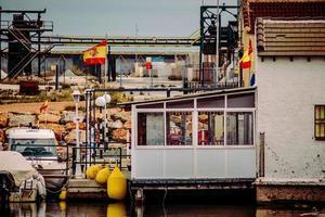 spanien, 2020 - vit och blå båt på bryggan under dagtid foto