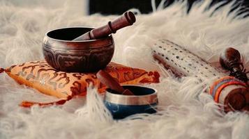 brun trämortel och mortelstöt på vit textil foto