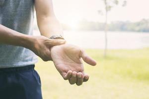 person som håller skadad handled