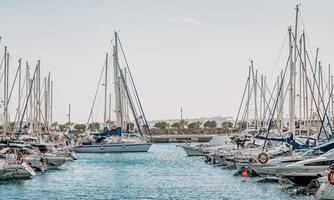 torrevieja, spanien, 2020 - vita och blå båtar på havet under dagtid foto