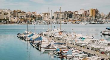 torrevieja, spanien, 2020 - vita och blå båtar på bryggan under dagtid