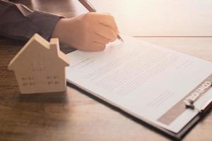 fastighetsmäklare som undertecknar ett koncept foto