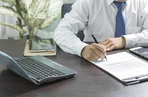 affärsman som undertecknar ett kontrakt foto