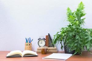 böcker på skrivbordet på kontoret
