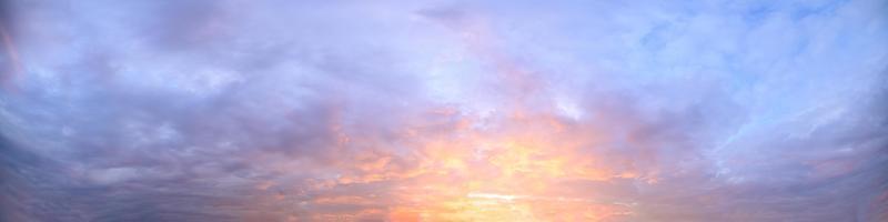 moln på himlen vid solnedgången foto