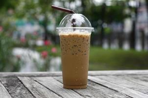 iskaffe på ett träbord foto