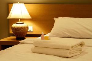 handdukar på sängen