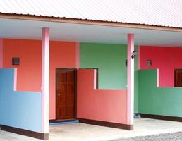 färgglad byggnad av utväg