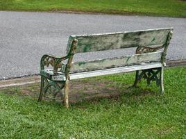 trä parkbänk på park foto