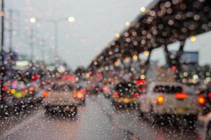 sitter i trafik med lätt regn