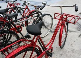 röda cyklar utanför foto