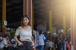 ganska asiatisk kvinna som väntar på tåget foto