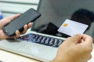person som använder kreditkort för att handla online foto