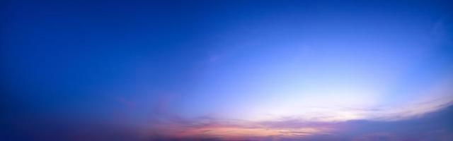panoramahimmel och moln vid solnedgången foto