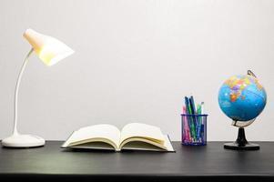 boka på skrivbordet foto
