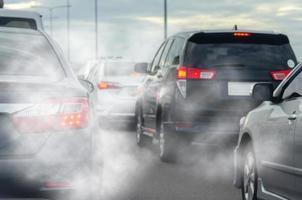 bilavgasrök från trafiken foto