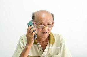 gammal asiatisk man som talar i telefon foto