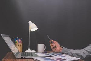 affärsman som arbetar vid sitt skrivbord foto
