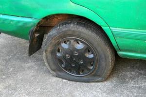platt däck på bilen foto