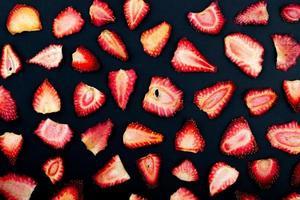 ovanifrån av torkade jordgubbsskivor isolerad på svart bakgrund