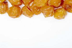 ovanifrån av torkade plommon på en vit bakgrund foto