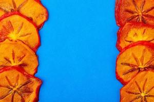 ovanifrån av torkade persimmonskivor med kopieringsutrymme
