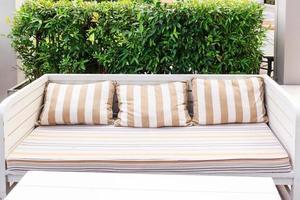 stol i trädgården. stol på en trä gångväg. balkong i trädgården foto