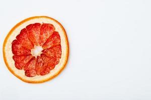 ovanifrån av torkad grapefruktskiva isolerad på vit bakgrund med kopieringsutrymme foto