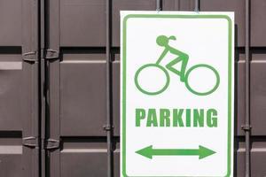 cykelparkering tecken i offentlig park foto