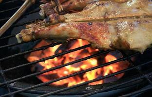 grillad kycklinglår på grillen