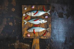fisk på skärbräda foto