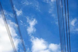 kraftledningar och blå himmel foto