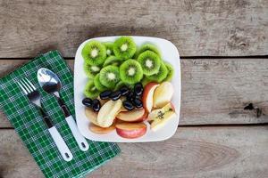 frukt på en tallrik med bestick foto